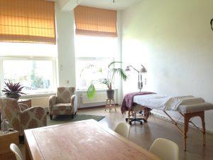 U ziet de praktijk voor acupunctuur in Zaandam. Een lichte, grote, ruime behandelkamer, met behandelbank, zithoek en tafel met stoelen